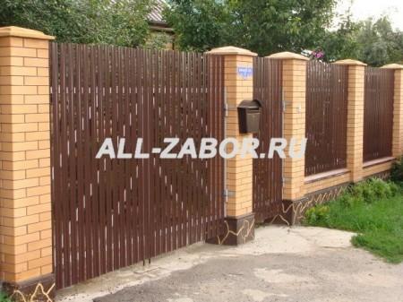 Забор из металлического штакетника на кирпичных столбах