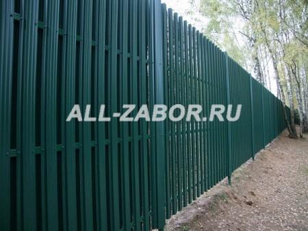Сплошной забор из металлического штакетника