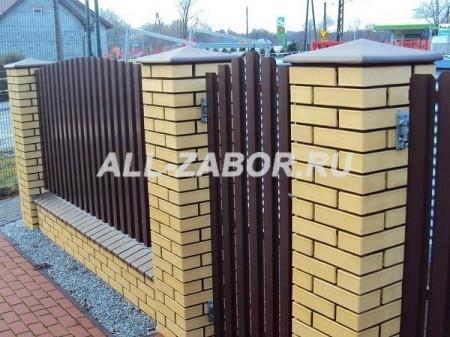 Забор из евроштакетника и кирпича с калиткой