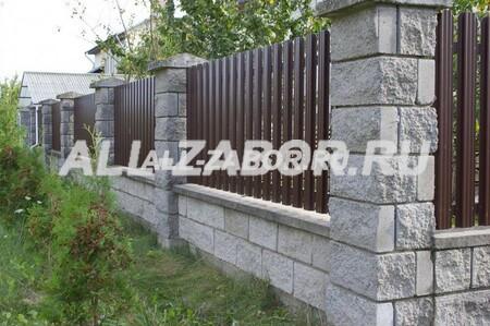 Забор из металлического штакетника на каменном основании