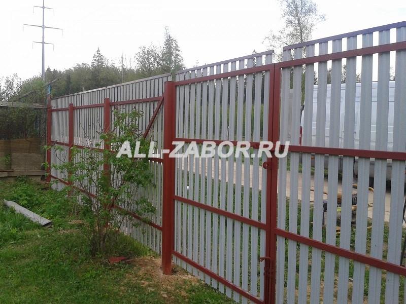 Забор из металлического штакетника с распашными воротами